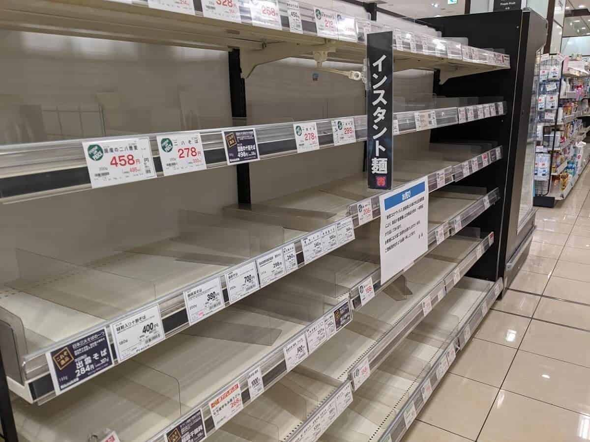 何もないスーパーの棚